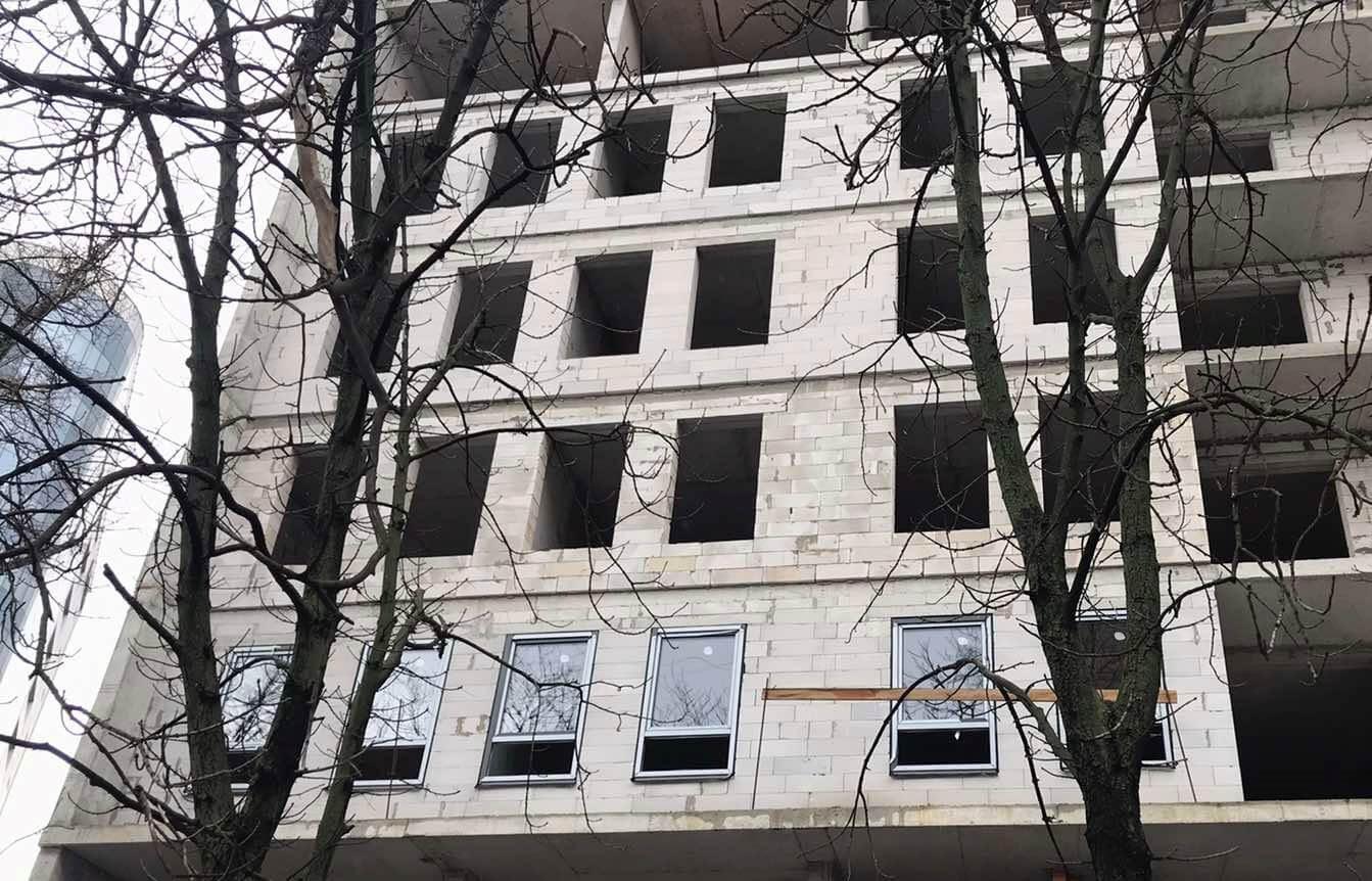 В Happy House начали монтировать окна